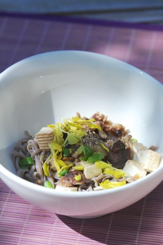 Nouilles Soba, shiitaké et tofu mariné (sans gluten) - Soba noodle, shiitake and marinated tofu (gluten free) - Vanessa Romano - photographe et styliste culinaire