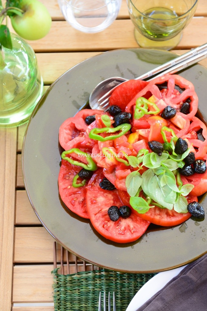Salade de tomate aux olives - Tomatoe salad in Provence - Roasted vegetables on a summer table in Provence -  Vanessa Romano-Photographe et styliste culinaire-