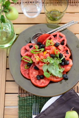 Salade de tomate aux olives - Tomatoe salad in Provence - Roasted vegetables on a summer table in Provence -  Vanessa Romano-Photographe et styliste culinaire- (2)