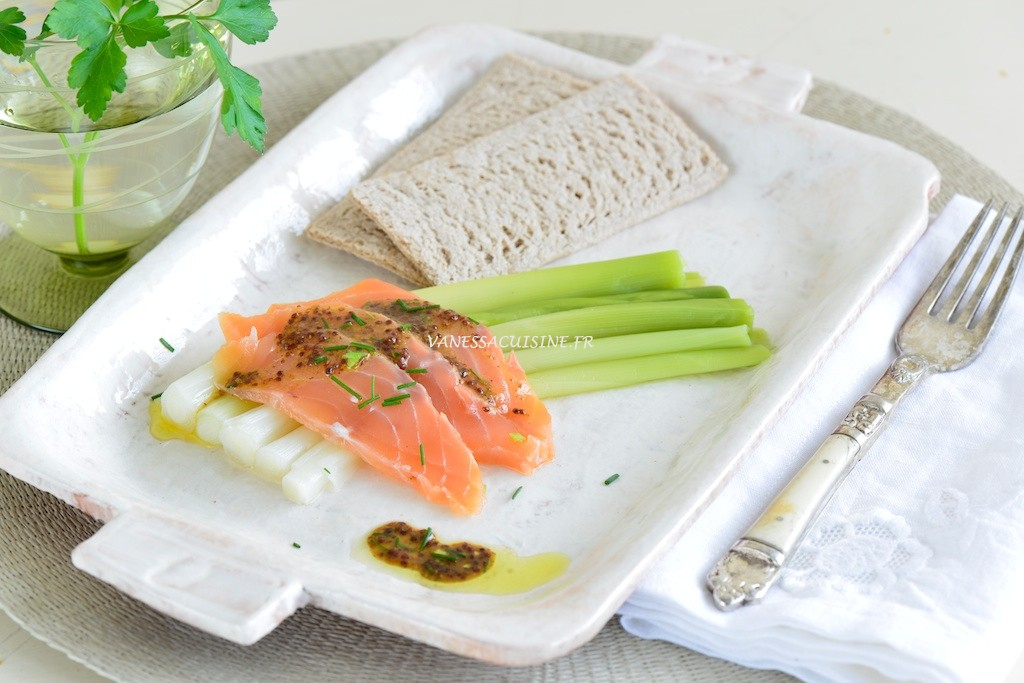 Poireaux baguettes à la vapeur, saumon gravlaax - Le Vitaliseur - Baby leeks, organic salmon Gravlaax - Vanessa Romano photographe et styliste culinaire (1)